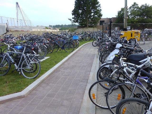 17jul13, 20u44, naast de fietsenstalling Ghelamco Arena