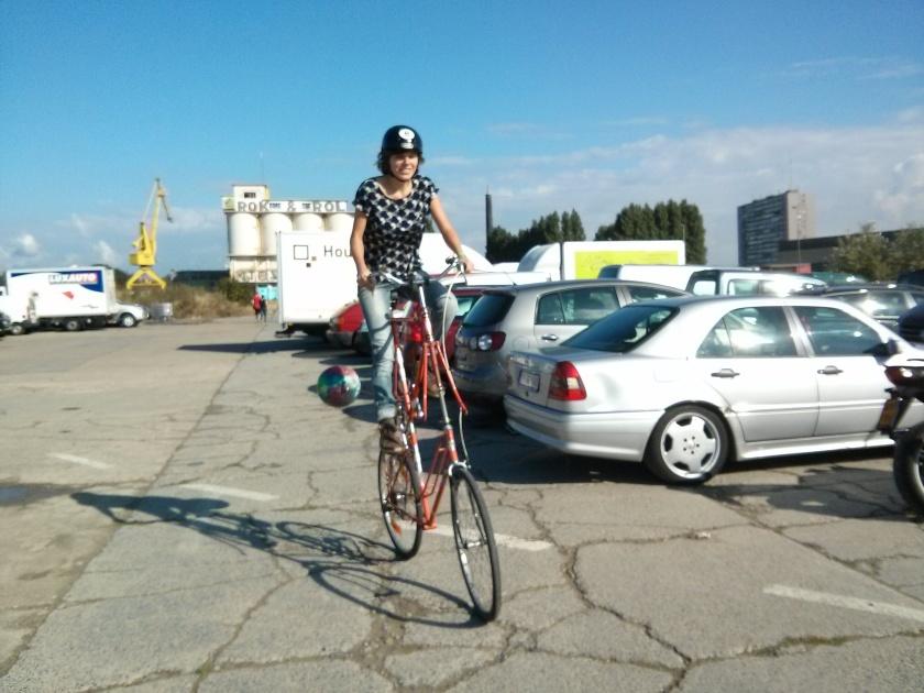 Jasmien van Stujardin probeert de tallbike van de Fietskeuken uit.