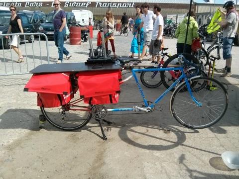 Vélovélo kwam het team van de Fietskeuken versterken, en had een zelf omgebouwde tandem bij als mobiele werkplaats.