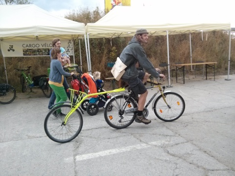 Jurgen van de Fietskeuken demonstreert zijn zelfgelaste fiets...euh... kar.