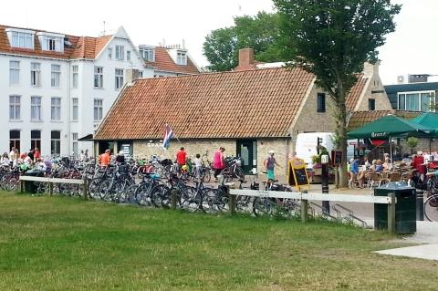 Druk verkeer in de dorpskern van Schiermonnikoog.