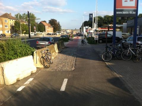 Asfalt fietspad gaat voor 20 meter over in kasseistrook