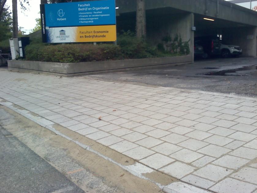 Hoofdingang oa. enkele privé auto parkeerplaatsen