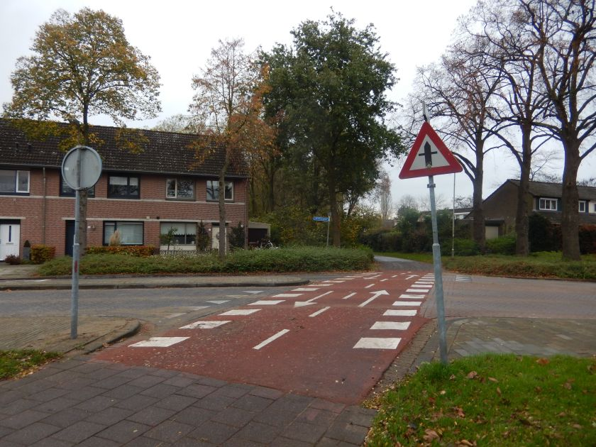 Aan alle oversteekplaatsen hebben fietsers voorrang op het auto verkeer.