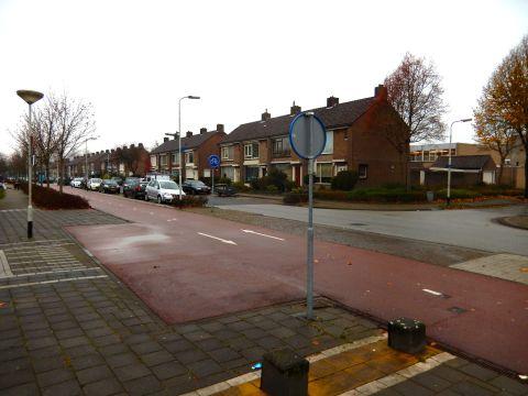 De rode coating heeft hier een uitbreiding naar links. De wachtende auto kan zo langs achter voorbij gereden worden door de fietsers.