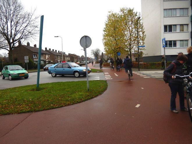 Veilige oversteekplaats waar fietsers voorrang hebben. Aan de veiligheid is ook gedacht, de auto heeft een invoegstrook.
